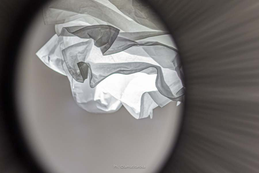 lampadario di carta ikea fotografato da uno specchio rotondo