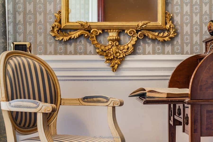 poltrona di lusso con scrittoio e cornice barocca